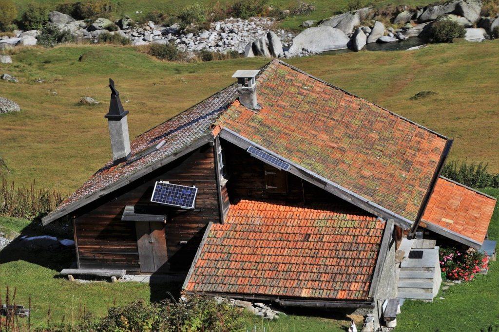 Une maison avec des panneaux solaires dans la montagne